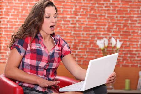 cafe internet: adolescente haciendo equipo y bostezos Foto de archivo