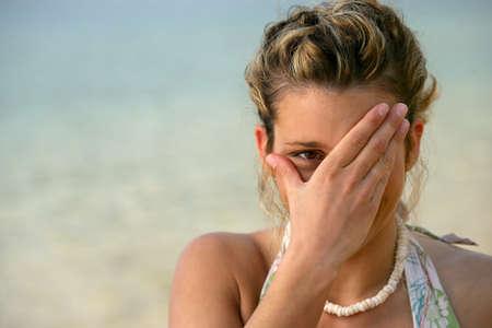dudando: Mujer t�mida en la playa