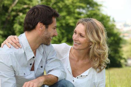 Relajado pareja de enamorados
