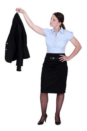 tacones negros: Mujer con chaqueta en la mano Foto de archivo