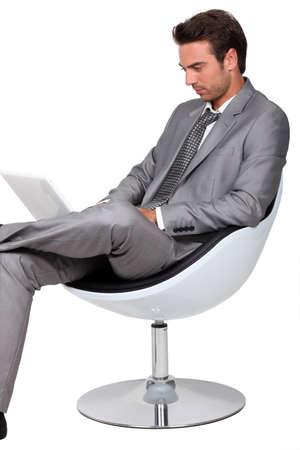Intelligente junge Mann mit einem Laptop Standard-Bild - 12594957