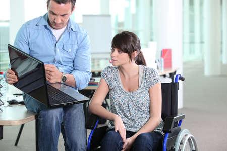 personas discapacitadas: Mujer joven con discapacidad compañero de trabajo