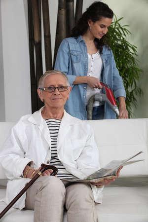 Mujer joven ayudando a una anciana