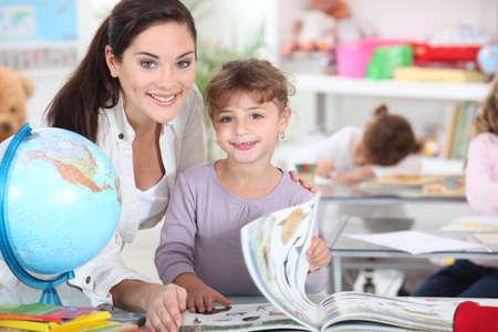 herrin: eine Lehrerin und ein kleines M�dchen in einem Klassenzimmer