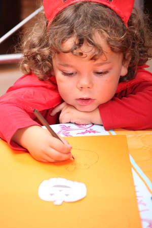 guardería: Primer plano de un niño en un diablo rojo Foto de archivo