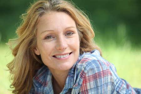 Portret van een vrouw die lacht Stockfoto