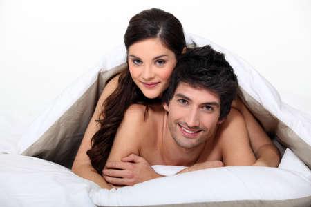 pareja desnuda: Pareja joven desnudo en la cama