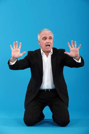 manos unidas: Hombre de negocios gris pelo pidiendo
