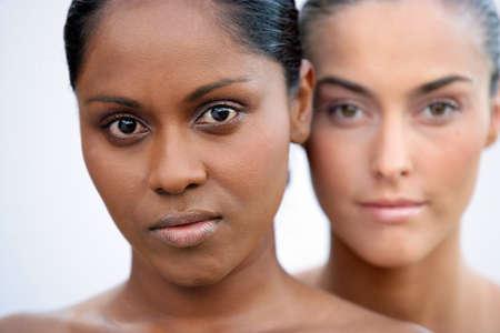 piel morena: Belleza foto de dos mujeres Foto de archivo
