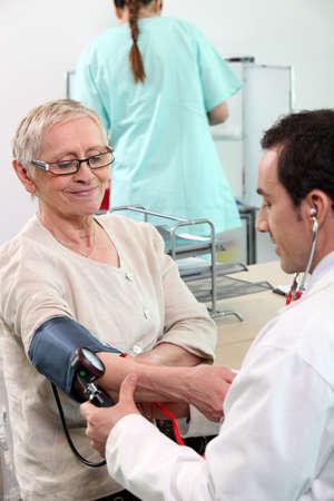 hipertension: Doctor en tomar a su paciente
