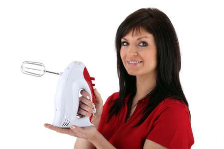 batteur �lectrique: Femme avec un batteur �lectrique sur fond blanc