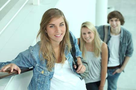 subiendo escaleras: Los adolescentes en las escaleras mecánicas Foto de archivo