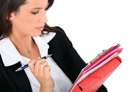 la escucha activa: Mujer revisar las notas