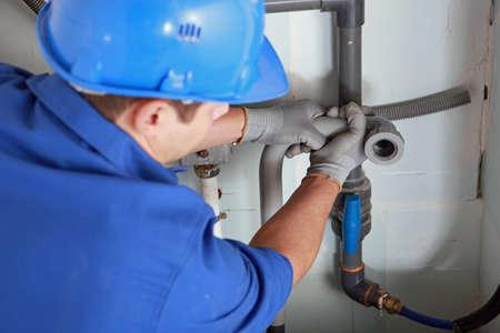 lekken: Loodgieter installeren van leidingen
