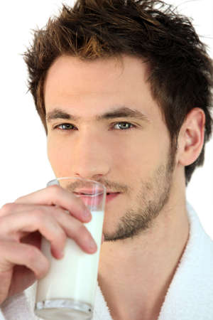 tomando leche: un hombre de la leche de consumo Foto de archivo