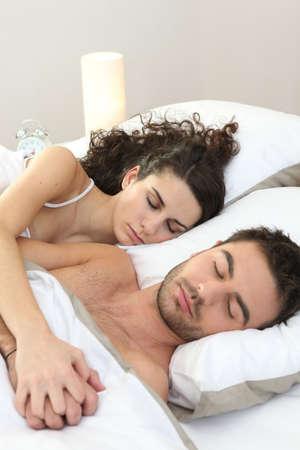 couple sleeping: Pareja dormir en la cama