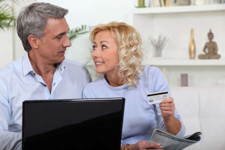 45 50 years: Couple shopping on-line