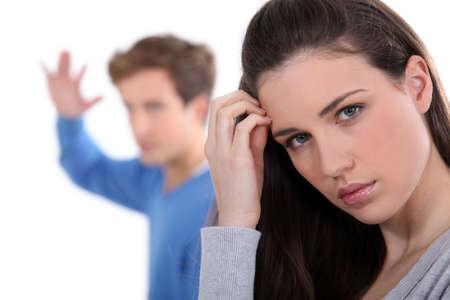 pareja discutiendo: Pareja joven con el argumento Foto de archivo