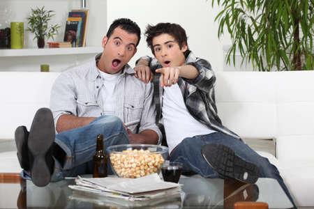 viewing: padre e figlio sostenendo squadra preferita di calcio