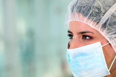 cirujano: Mujeres m�dico con m�scara Foto de archivo
