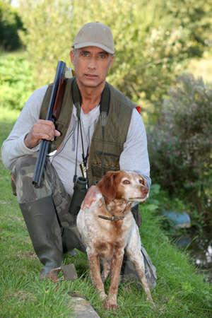 kuropatwa: Hunter klęcząc przez psa Zdjęcie Seryjne