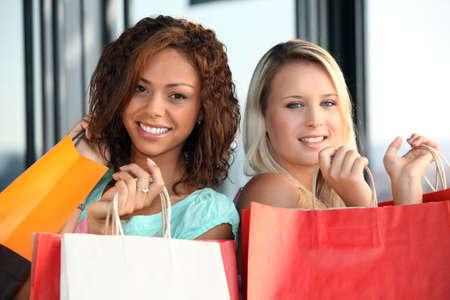 Les femmes sur une séance de magasinage