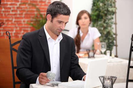 hombre sentado: El hombre que tiene un caf� en un restaurante
