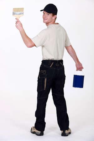 hombre pintando: Pintor con una brocha y un cubo de pintura Foto de archivo
