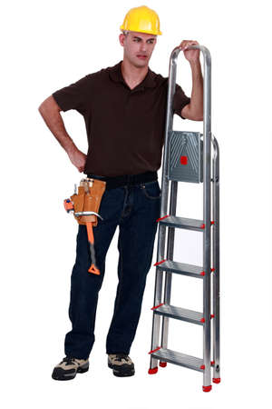 desprecio: Comerciante arrogante posando con una escalera de tijera