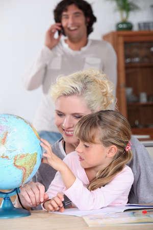 mujer hijos: Mujer ayudar a su hija complete su tarea la geografía