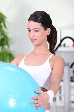 buena salud: mujer joven haciendo ejercicios suizos de la bola