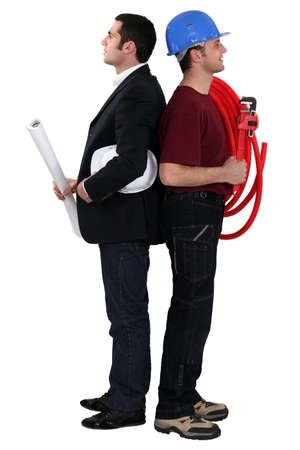supervisión: Arquitecto pie espalda con espalda con trabajador