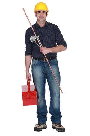 koperen leiding: Loodgieter houden van koperen buis en buigen hulpmiddel