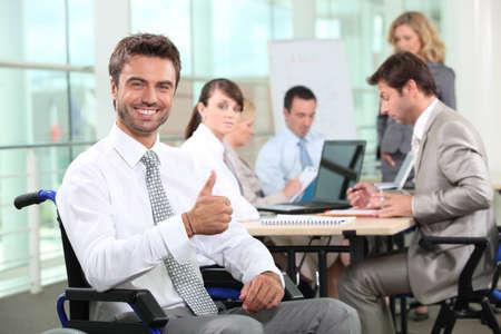 無効になっている実業家のオフィスに笑みを浮かべて