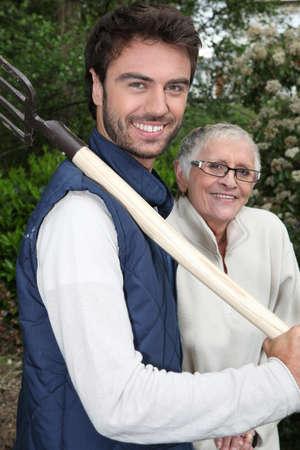 paysagiste: Principal avec jardinier et la fourche