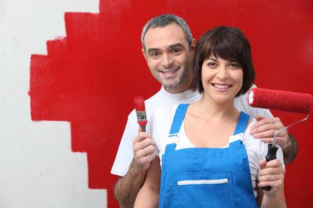 overol: Pareja pintando su casa