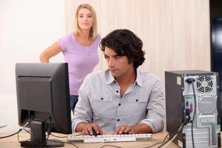 outwork: Mujer en su ordenador con su esposa en la espalda Foto de archivo