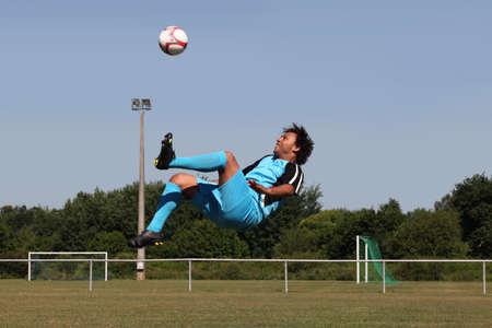 amateur: Futbolista golpeo con el pie Foto de archivo