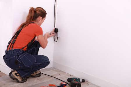 ingeniero electrico: Joven mujer de instalar el cableado