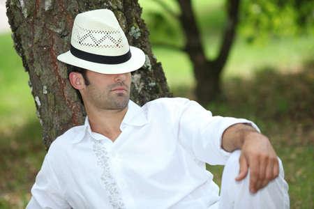 under the tree: Hombre que se relaja bajo el �rbol