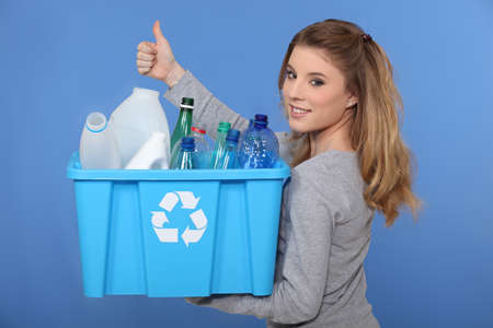 separacion de basura: Mujer reciclaje de botellas vacías