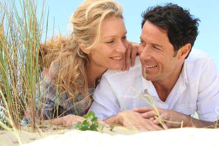blonde yeux bleus: Couple à la recherche dans l'autre Banque d'images