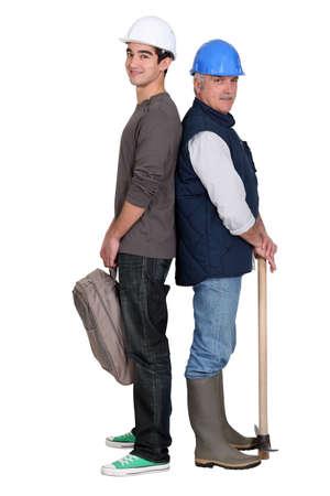 apprenti: artisan principal et le jeune apprenti debout dos � dos