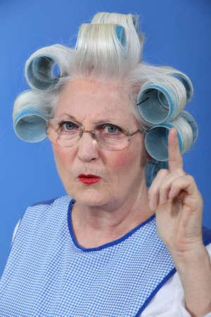 집게 손가락: 승인에 그녀의 손가락을 흔들며 늙은 여자