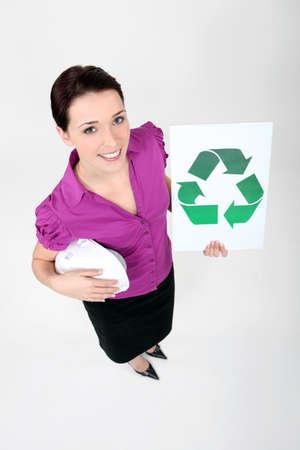 logo reciclaje: secretario mostrando logo de reciclaje