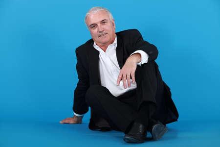 levantandose: Un hombre maduro tratando de ponerse de