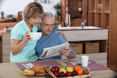 oude krant: Ouder echtpaar lezen Stockfoto