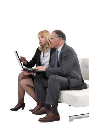 hombre sentado: Los profesionales de negocios trabajando juntos en un proyecto