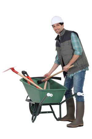 jardinero: Trabajador con carretilla Foto de archivo