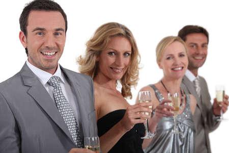 lazo negro: parejas de pie la celebración de champaña